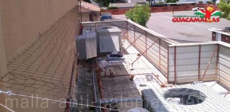 Malla antipalomas protegiendo balcón, de la entrada de aves problemáticas.